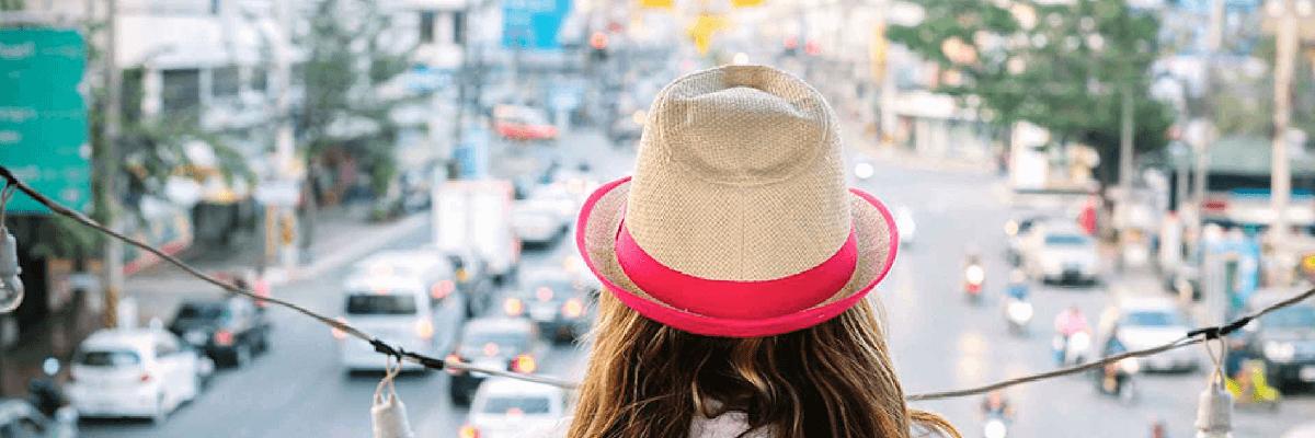 フィジーの街を眺める女性の後ろ姿